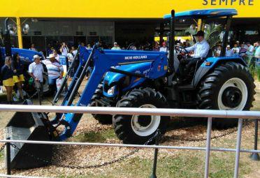 Un especialista de New Holland explicó las prestaciones del tractor con pala cargadora . FOTO: SuperCAMPO.