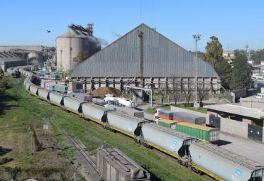Las mercaderías arriban a la Planta General San Martín e Nidera a través de camiones y ferrocarril. FOTO: Nidera.