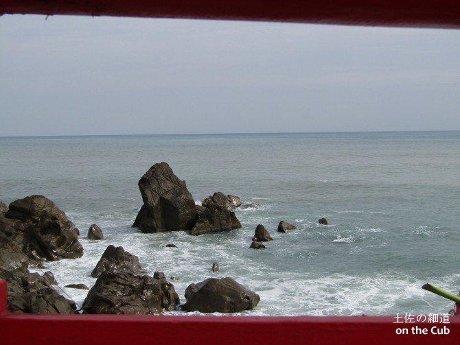 鳥居の隙間から見た太平洋