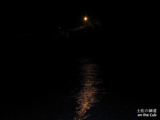 対岸の街頭とその光を浴びる仁淀川