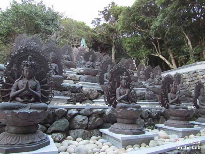 立ち並ぶ仏像群