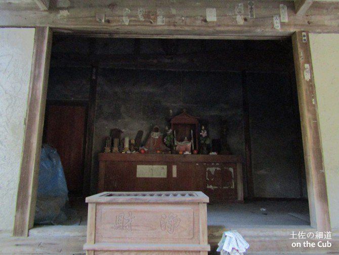 無機質な洞穴に飾り気なく祀られた仏像・・・