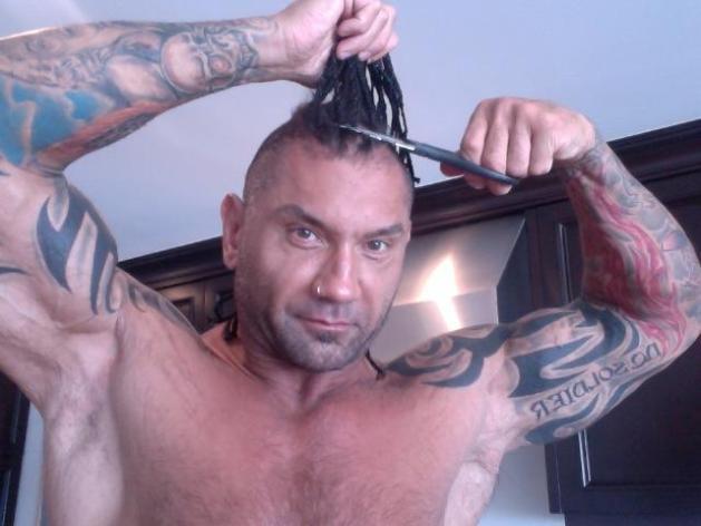 Batista empieza a rapar su cabello / Twitter.com/DaveBautista