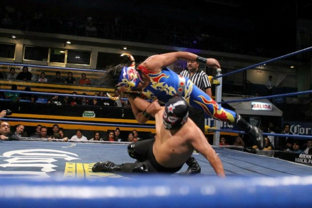 Mini Súper Astro vs. Mini Psicosis / Arena Naucalpan - 2 de dic. de 2012 / Imagen by IWRG Arena Naucalpan en Facebook