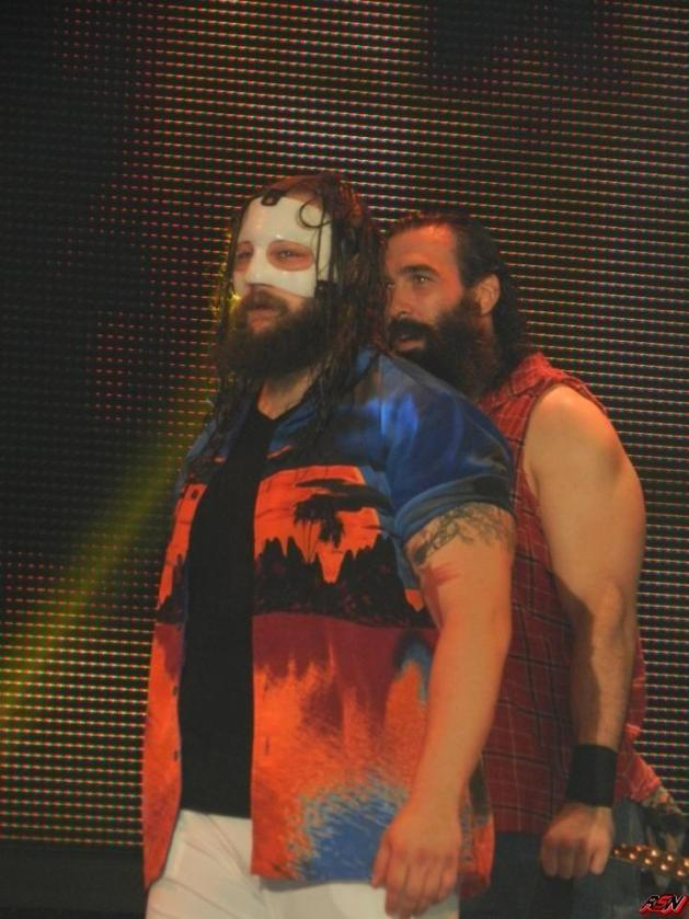 Bray Wyatt portando máscara protectora // imagen por WWE King Of Fans® de ringsidenews.com