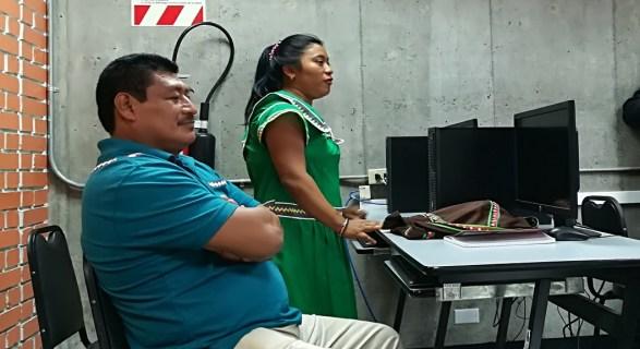 Tradicionalmente, las lenguas indígenas se trasmitían oralmente; en cambio, en la actualidad, los maestros de lengua y cultura requieren de libros y computadoras para enseñar sus lenguas de una manera más atractiva para los niños y las niñas que ya dominan la tecnología.