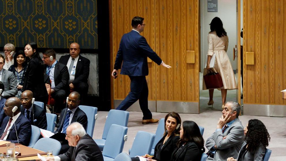 """Foto de la delegada de Estados Unidos saliendo de la sala de sesiones del Consejo de Seguridad al iniciar su alocución el representante de Palestina el pasado 15 de mayo del 2018, extraída de nota de prensa titulada """"EE.UU. se queda solo en la ONU"""" (La Vanguardia, edición del 16/5/2018)."""