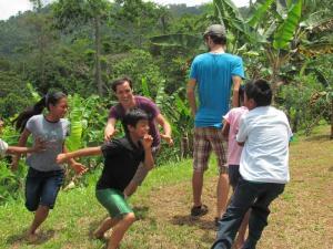 En la imagen, los estudiantes Lésterh Núñez y Ross Loney realizan juegos con niños bribris en Talamanca. Foto Carlos Sánchez.