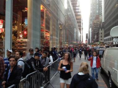 Schlange vor dem neuen Applestore in New York