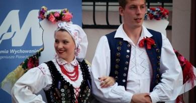 Integracje – folklor na scenie, ulicy i… torach kolejowych