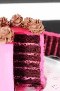 Intérieur du layer cake rose framboise et chocolat