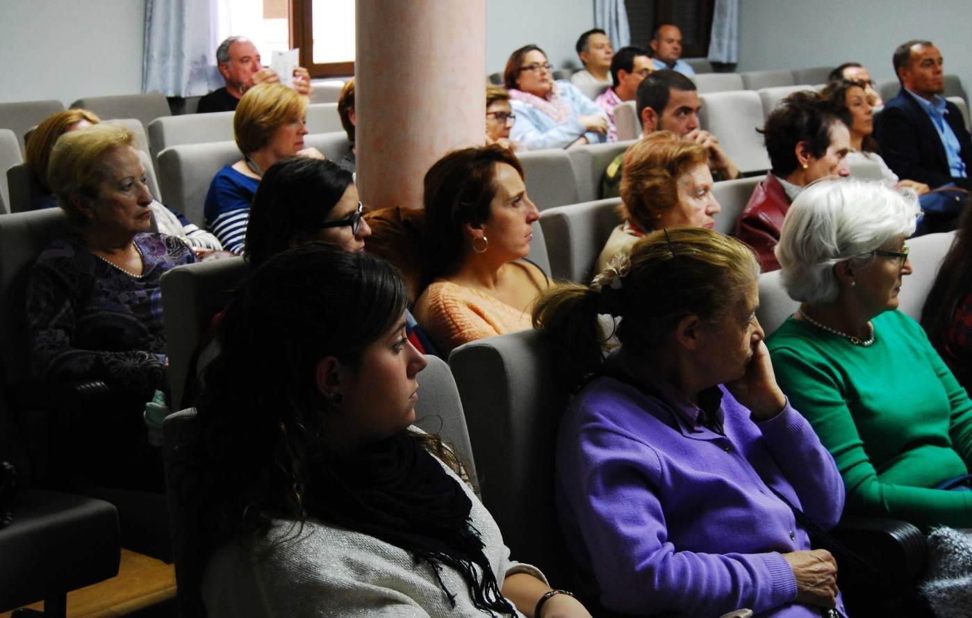 Las mujeres atienden la charla sobre crisis económica y política sanitaria