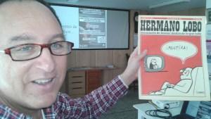 Federico con un ejemplar de 'Hermano Lobo' en el CS La Soleá de la Asamblea 15M San Pablo.