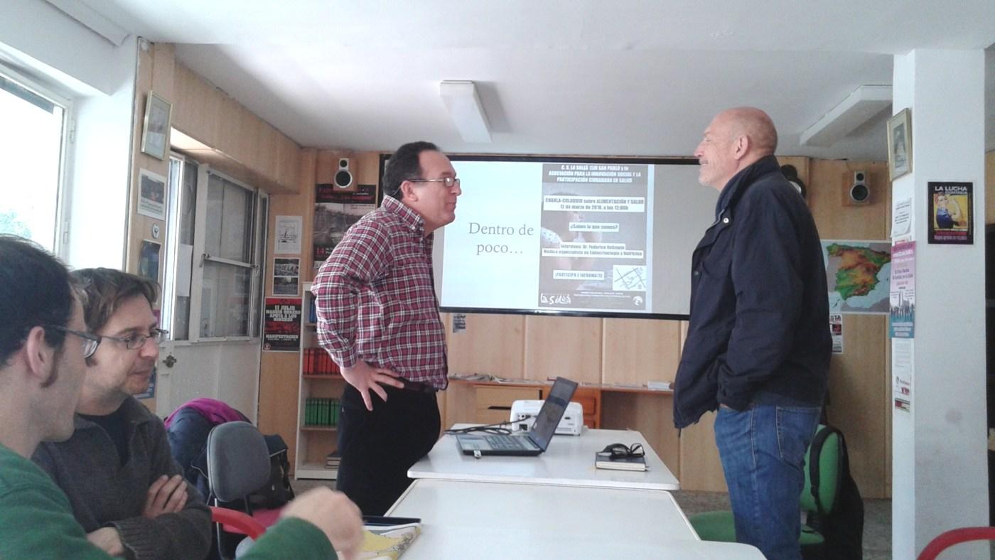 Federico y Óscar, en el CS La Soleá de la Asamblea del 15M San Pablo. Empieza la conversación.