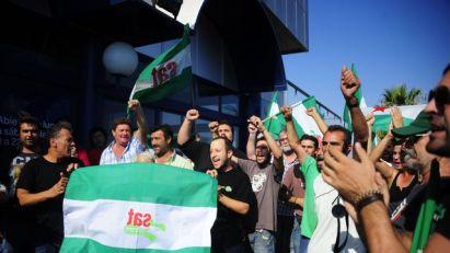 des-membres-du-syndicat-andalou-des-travailleurs-manifestent-devant-un-supermarche-de-seville-le-30-aout-2013_4025963