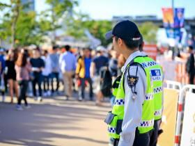 ソンジェは義務警察の広報団に所属したが、義務警察の本来の任務は交番勤務、交通整理、治安維持活動である