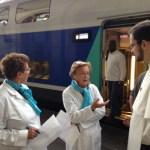 Frère Jokūbas-Marija Goštautas en plein discussion avec des hospitalières avant le départ pour Lourdes