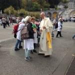 Frère Denis BISSUEL (prieur du couvent de Lille) en discussion avec une hospitalière