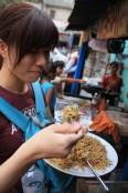 Dans un coin de place, à Delhi, des nouilles sautées à la chinoise, veg chowmen, pour Rs15.