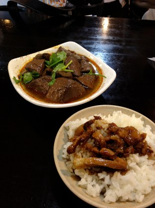 lǔròu fàn, porc émincé sur du riz et boudin de canard sauce mapo