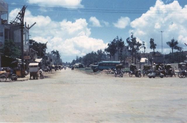 Đường Nguyễn An Ninh, bên phải là bệnh viện đa khoa.