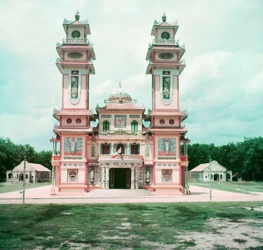 Mặt trước của Tòa thánh Tây Ninh năm 1948, 21 năm sau khi công trình khánh thành.