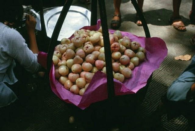 Gánh hàng mận (miền Bắc gọi là quả roi hay bòng bòng).