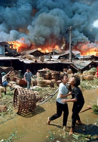 Vụ cháy bùng phát bùng rõ nguyên nhân đã nhanh chóng lan rộng trước sự bất lực của người dân.