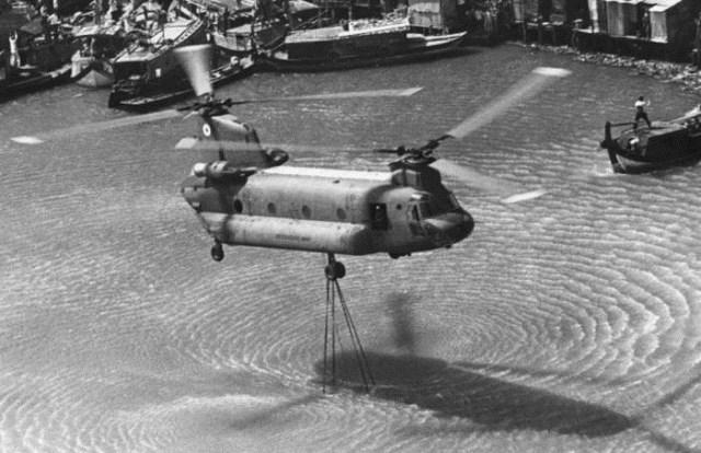 Chiếc trực thăng này múc nước tại rạch Bến Nghé cách đó không xa...