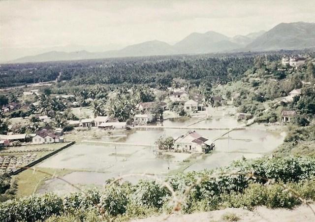 Khung cảnh nhìn từ một điểm cao thuộc phạm vi căn cứ không quân Mỹ ở Nha Trang.