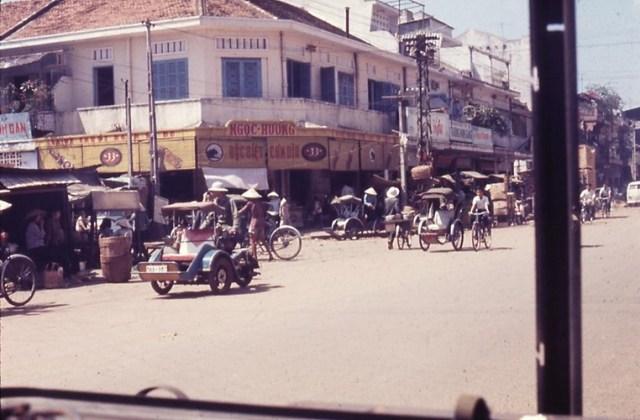 Đường Trương Minh Giảng (nay là đườngLê Văn Sỹ), phía trước chợ Trương Minh Giảng (nay là chợ Nguyễn Văn Trỗi).