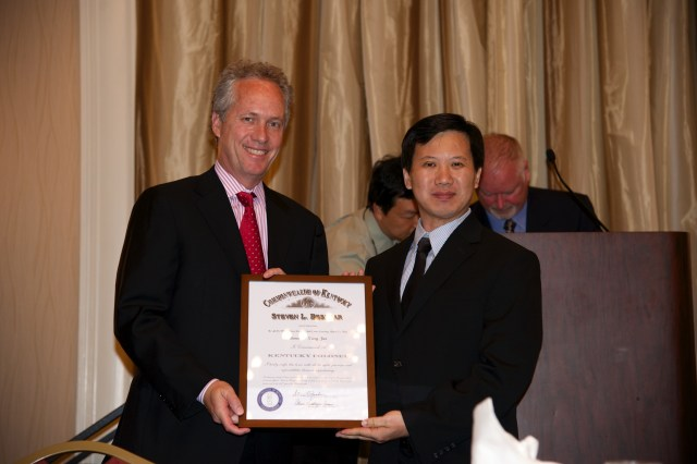 Louisville Mayer Greg Fisher presents Kentucky Colonel to GM Yang Jun