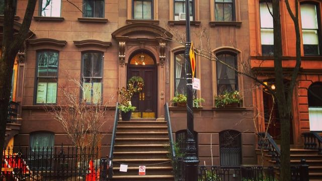 carriebradshaw-sexandthecity-outside-her-newyork-apartment_24405720231_o