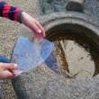 庭の手水鉢に氷が張ってます