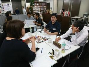 メンバーと自分の「顧客の旅デザインマップ」についてディスカッションする安藤店長