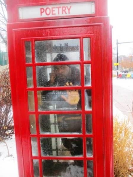 che in phone booth