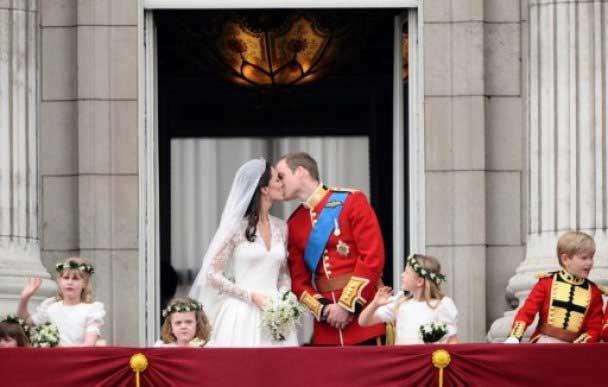 Наприкінці церемонії в прихованому від сторонніх очей прибудові собору Вільям і Кетрін підписали офіційні документи про укладення шлюбу разом зі свідками весілля - принцом Гаррі і молодшою сестрою нареченої Філіппов Міддлтон, а також батьками молодят.