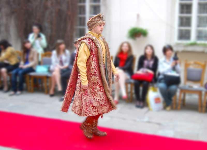 """Показ середньовічної моди від агенції святкових подій """"Подорож у середньовіччя"""" 29 квітня 2011 року у Львові в Італійському дворику"""