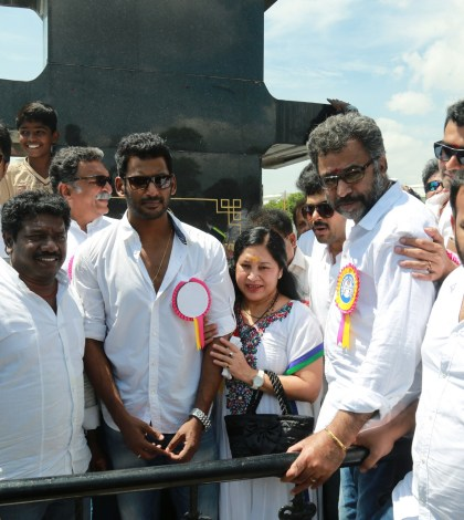 Vishal & Nassar team at Sivaji  statue 12