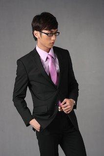 ブラックスーツにピンクシャツとピンクネクタイを合わせた成人式のスーツの着こなし画像