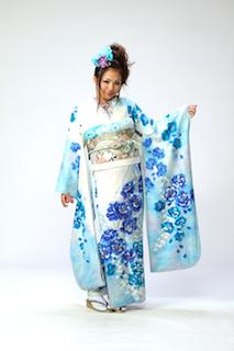 爽やかな水色の振袖に青い花柄の成人式の振袖画像