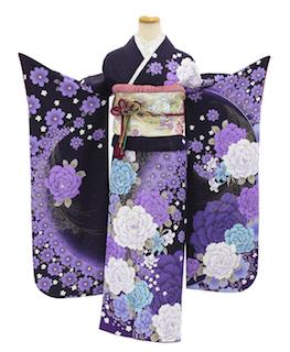 紫の花柄が入った成人式の振袖画像