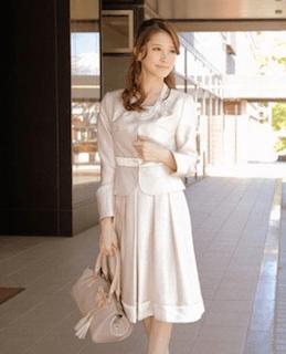 入学式で母の白のスーツ1