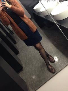 ロンT×茶色カーディガン×スカート×ローファー