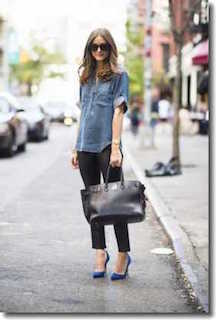 濃いめの色の種類のデニムシャツのパンツスタイル