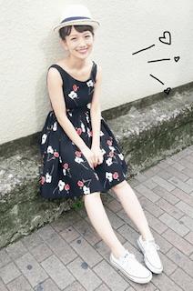 麦わら帽子×花柄のワンピース×白のスニーカー