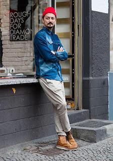 デニムシャツ×パンツ×ブーツ×ニット帽の秋のコーデ