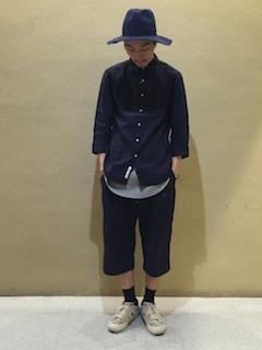 Tシャツ×ネイビーシャツ×パンツ×靴下×スニーカー×ハット帽の秋コーデ