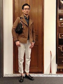 キャメルのPコート×デニムシャツ×白のパンツ