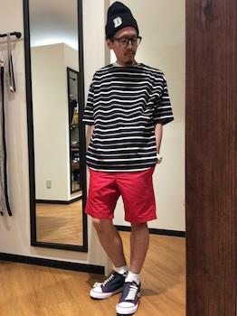 ボーダーTシャツ×赤のハーフパンツ×ネイビーのスニーカー